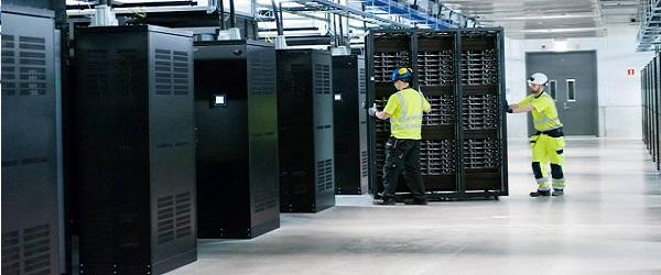 pracownik w serwerowni